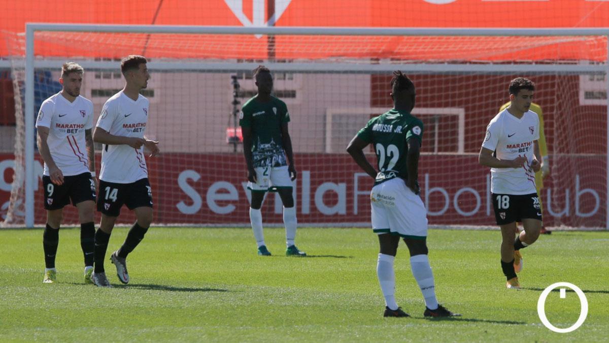 Jugadores del Córdoba, tras un gol del Sevilla Atlético