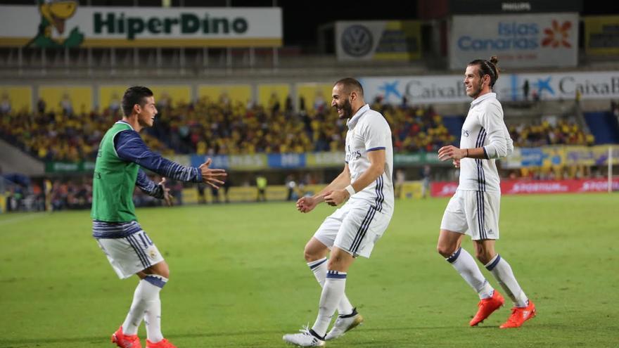 El Madrid celebra el gol de Benzema. (ALEJANDRO RAMOS)