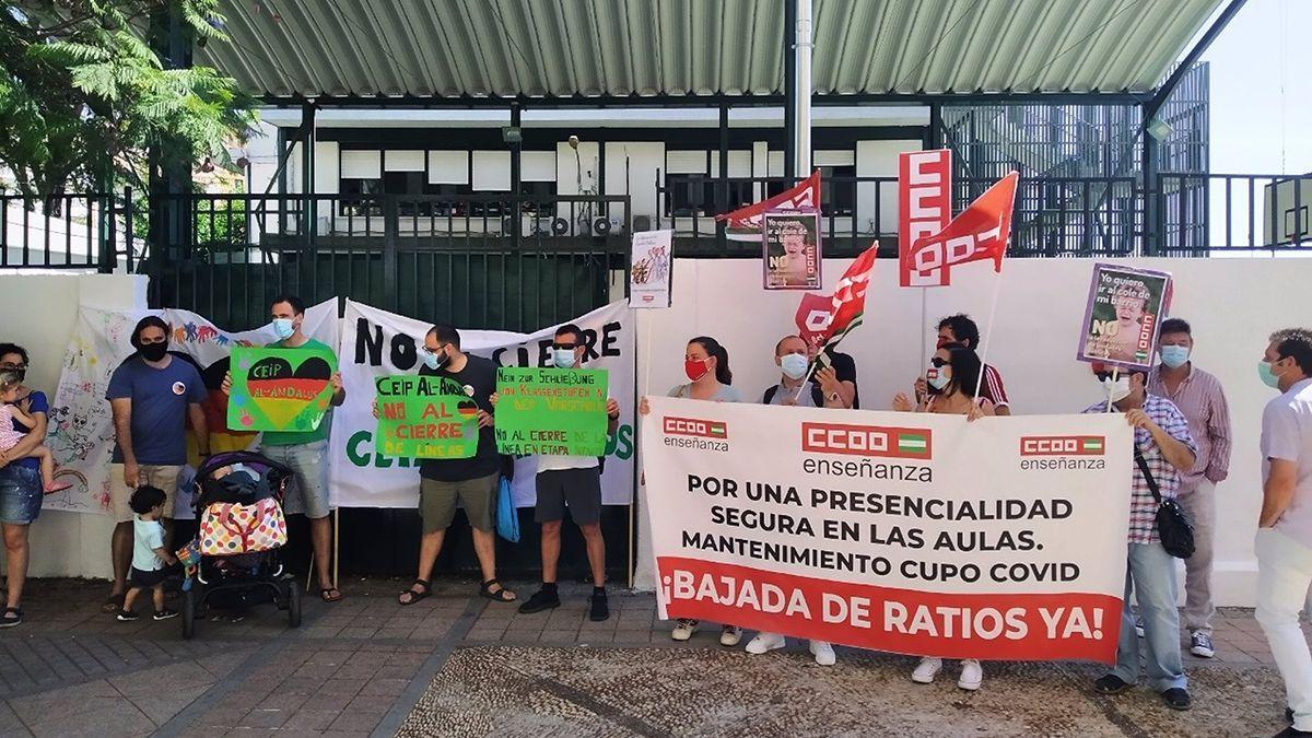 Protesta ante el CEIP Al-Andalus por el cierre de una línea educativa.
