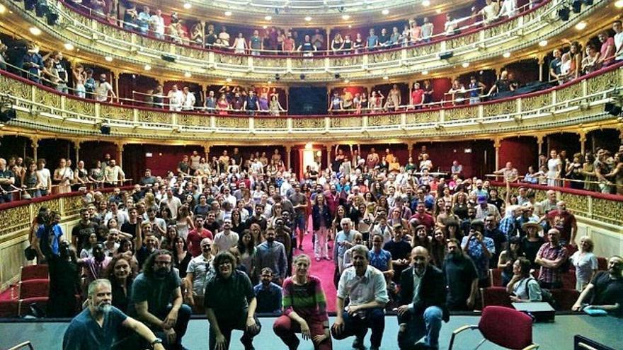 Trabajadores de la cultura reunidos en el teatro María Guerrero de Madrid, mayo 2017. Foto cedida por la Unión de Actores.