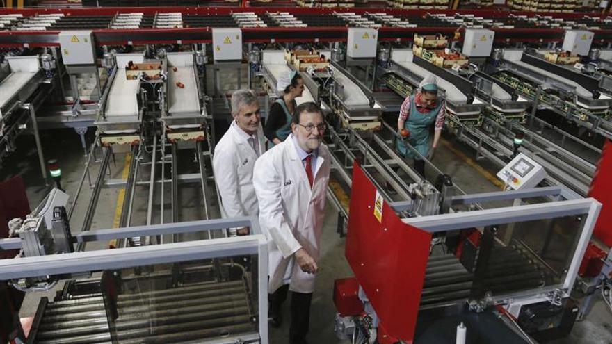 """Rajoy garantiza el apoyo al sector agrícola y le anima a """"pelear"""" por su futuro"""