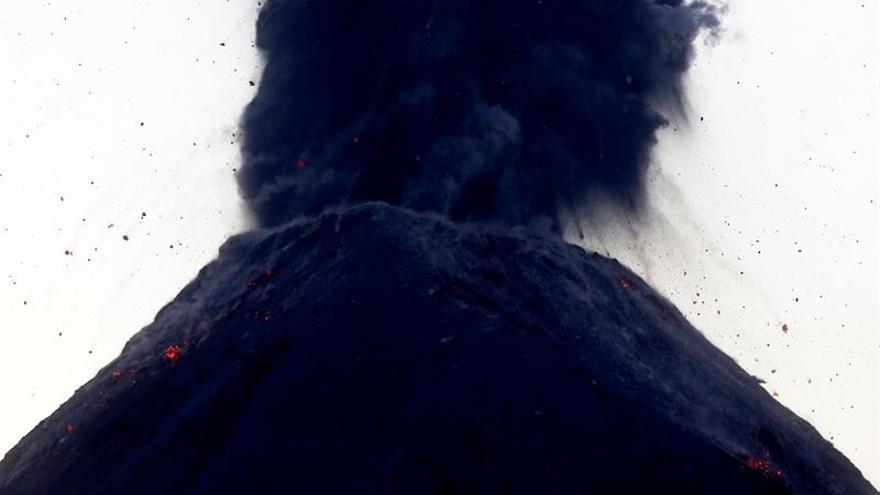 El volcán de Fuego en Guatemala levanta una columna de ceniza a 5.000 metros