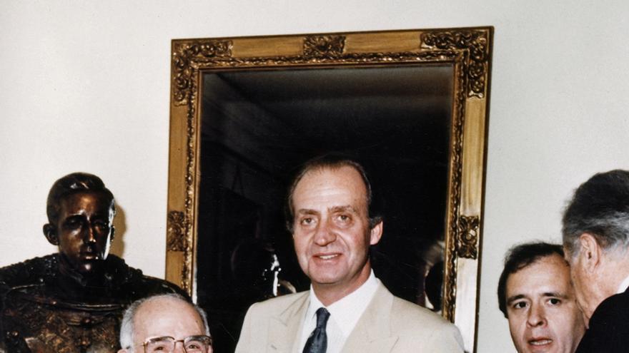 Madrid 15-6-1987.- El rey Juan Carlos acompañado del presidente de El Corte Inglés, Ramón Areces (i) y del ministro de Educación, José María Maravall, descubre un busto de Alfonso XIII donado por la Fundación Areces, durante la inauguración del Aula de Cultura Alfonso XIII en la Universidad Complutense.
