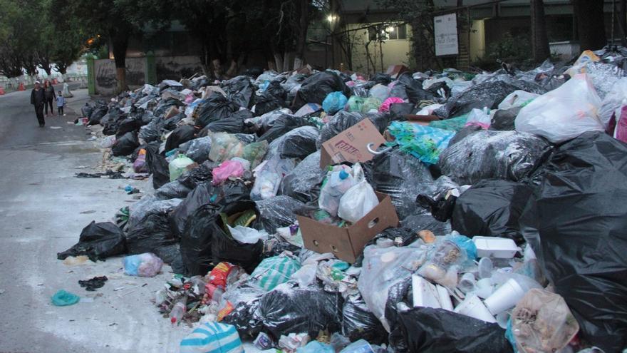 Fotografía de archivo que muestra bolsas de basura y envases de plástico EFE/Francisca Meza/ARCHIVO