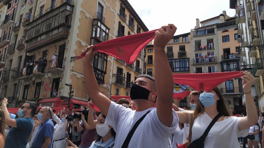400 personas se han juntado a las 12 del mediodía en la Plaza Consistorial para levantar los pañuelos rojos en el momento en el que debería haberse lanzado el chupinazo