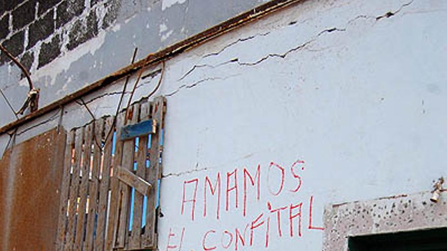Pintadas en las infraviviendas de El Confital. Escombros del derribo de parte de las instalaciones. Parte médico por inhalación de amianto. (L.J.V.)