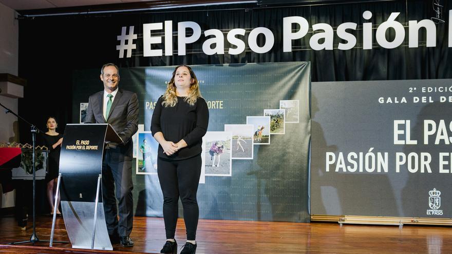 Imagen de la  Gala del Deporte de El paso con una intérprete de lengua de signo.