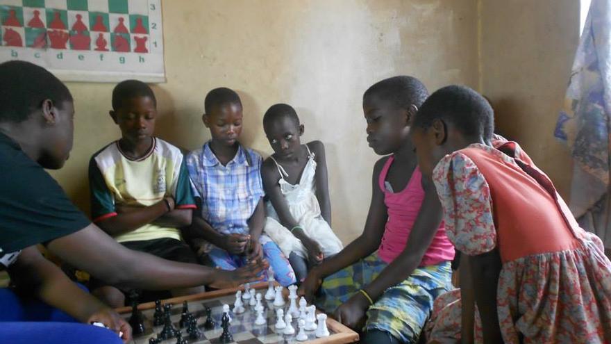 Phiona, a la izquierda de la imagen, es ahora instructora de ajedrez en la SOM Chess Academy / SOM Chess Academy