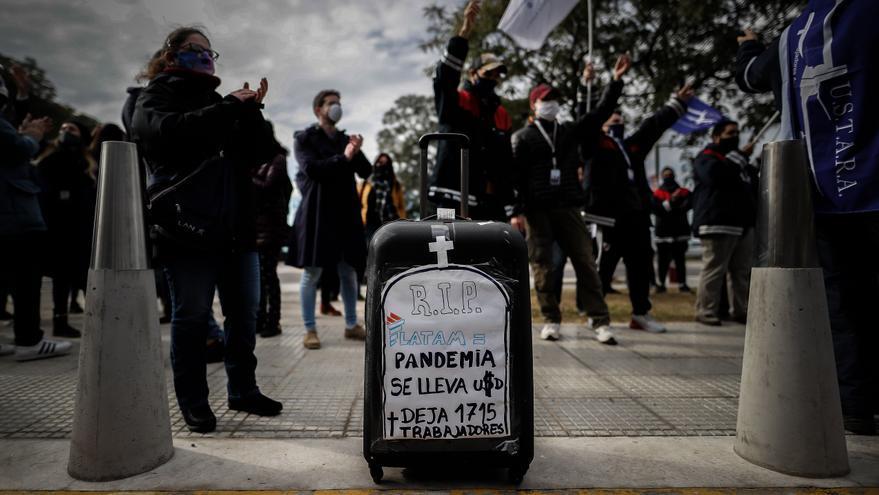 Trabajadores de Latam Argentina protestan contra el cese de actividades