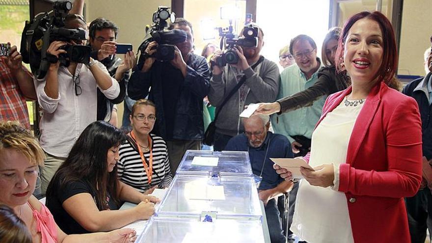 La candidata del Partido Socialista (PSOE) a la Presidencia del Gobierno de Canarias, Patricia Hernández, vota para las elecciones del 24M en el centro ciudadano de Ofra, en Santa Cruz de Tenerife. EFE/Cristóbal García