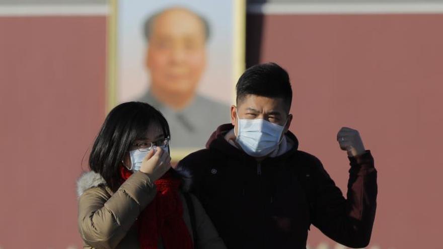 Ciudadanos chinos con máscaras en Pekín tras detectarse un virus en Wuhan.