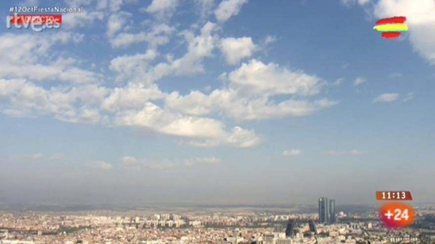 Boina de contaminación en Madrid visible durante los saltos en paracaídas del desfile del 12 de octubre.