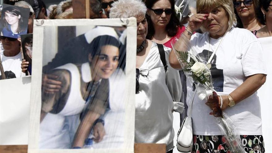 La madre de Nagore Laffage coloca en Irún la pancarta en recuerdo de su hija