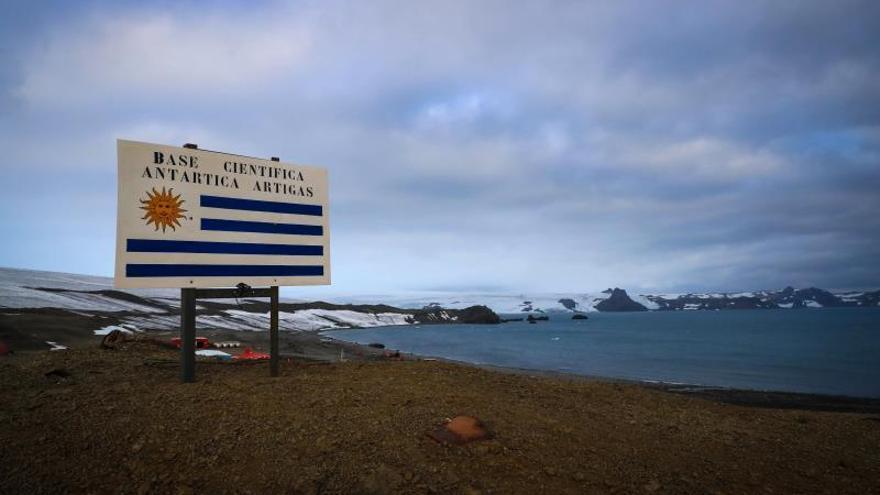 Fotografía de archivo fechada el 17 de enero de 2020 que muestra un cartel de ingreso a la Base Científica Antártica Artigas (BCAA) ubicada en la Isla Rey Jorge.
