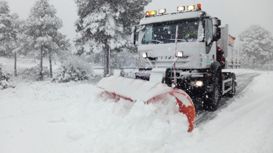 Una quitanieves aparta la nieve de la carretera en el interior de València