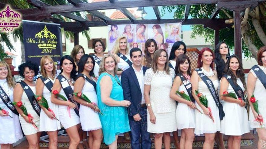 En la imagen, las 15 candidatas con el alcalde de Breña Baja, Borja Pérez Sicilia.