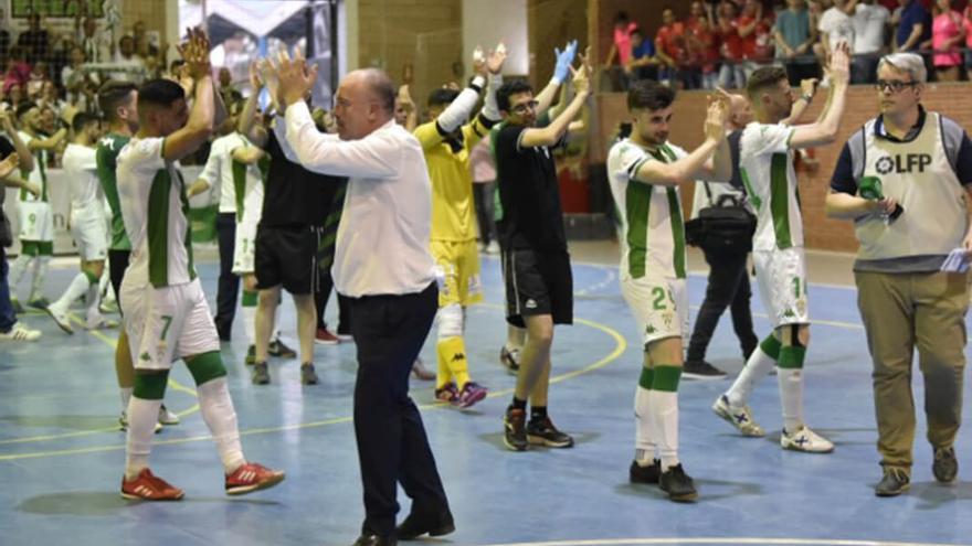 Los cordobeses aplauden al final del partido en Mengíbar |  JUAN CARLOS FERNÁNDEZ