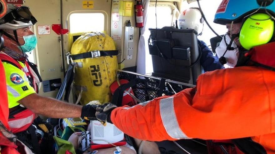 Evacuado en helicóptero un hombre que se desplomó en la playa de Cuchía