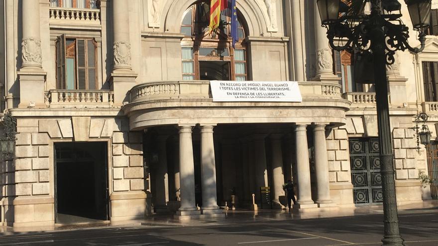 Pancarta colgada en el Ayuntamiento de Valencia en recuerdo de Miguel Ángel Blanco y todas las víctimas del terrorismo.