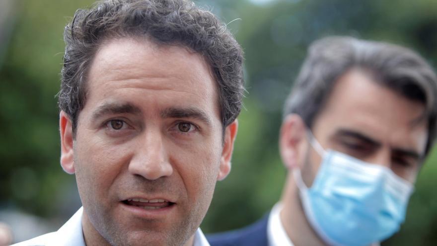 El secretario general del Partido Popular, Teodoro García Egea (i), visita este miércoles el Instituto Tecnológico de Galicia (ITG), acompañado por el presidente del PP provincial de A Coruña, Diego Calvo (d).