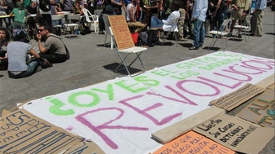 Los acampados en sol por el cambio social piensan quedarse for Puerta del sol en directo ahora