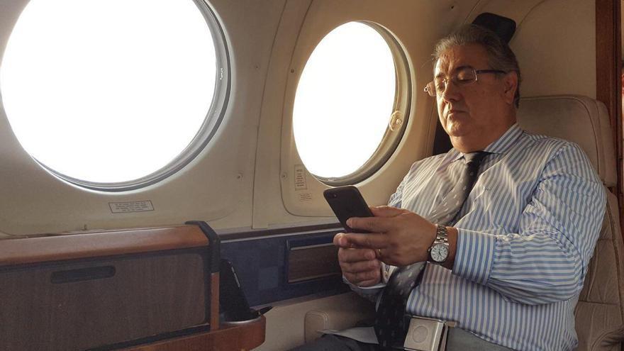 Juan Ignacio Zoido a bordo del avión oficial rumbo a Sevilla