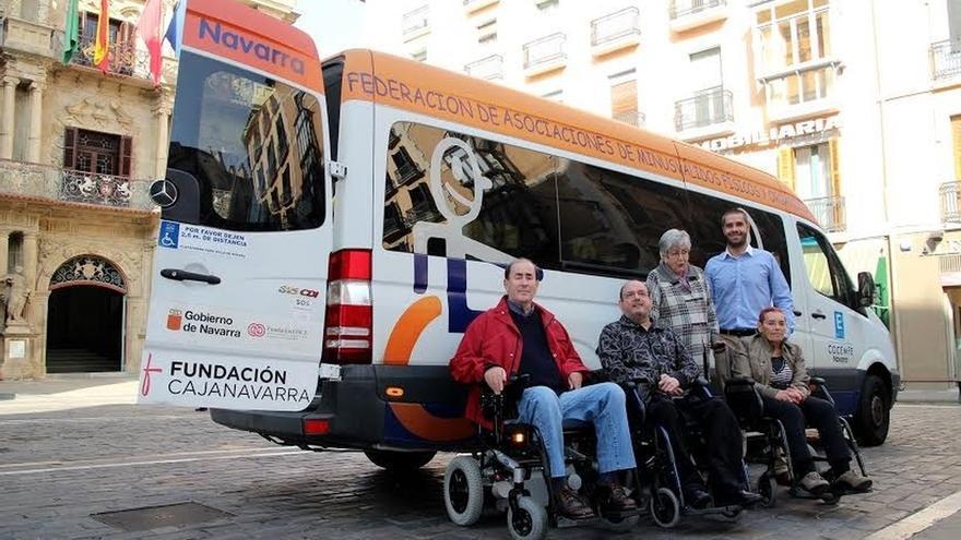 Fundación Caja Navarra aporta 25.000 euros a Cocemfe para el transporte adaptado de personas con discapacidad