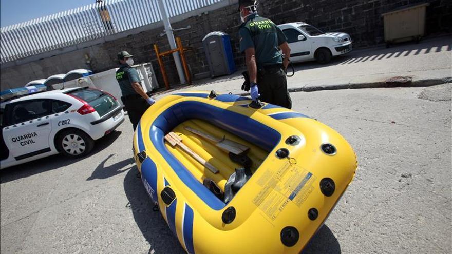 Rescatan a cinco inmigrantes en una lancha de juguete en el Estrecho