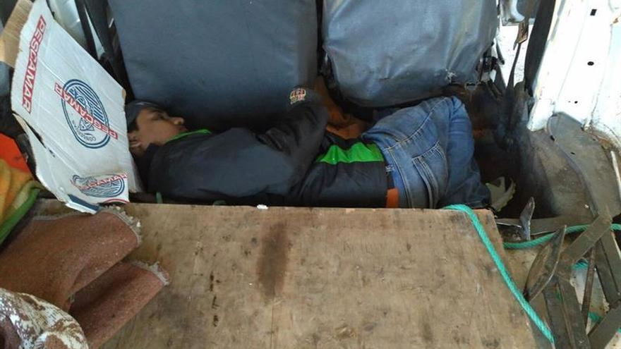 Dos detenidos con un inmigrante escondido con tablones de madera en furgoneta