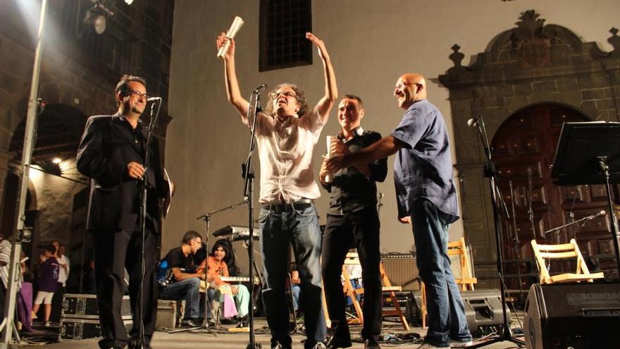 Los amigos y allegados de Francis Brito recordaron al músico en un emotivo acto celebrado en la Plaza de San Francisco. Foto: JOSÉ AYUT.
