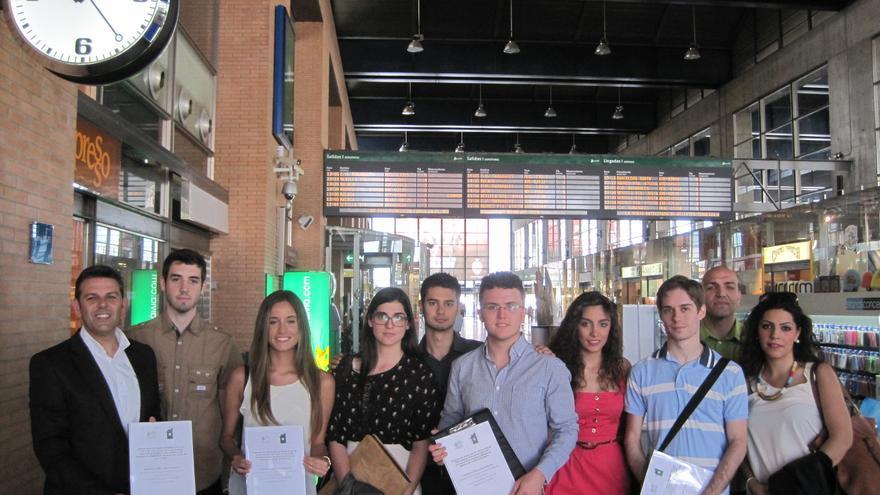 Estudiantes del Laboratorio Jurídico Antidesahucios de Córdoba y su profesor, antes de partir hacia el Congreso de los Diputados.