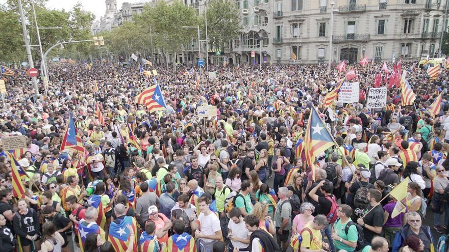 Miles de manifestantes se concentran en Barcelona contra la sentencia del procés.