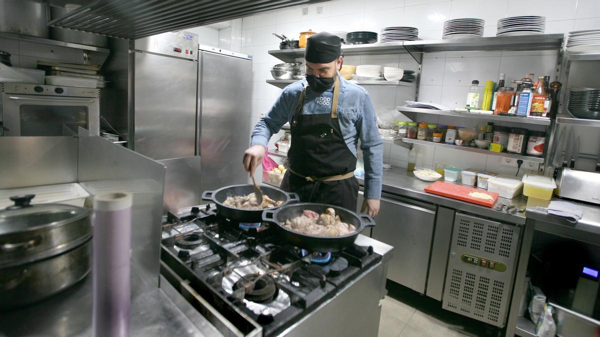 Alejandro Rossell, chef de Mood Food, en su cocina.