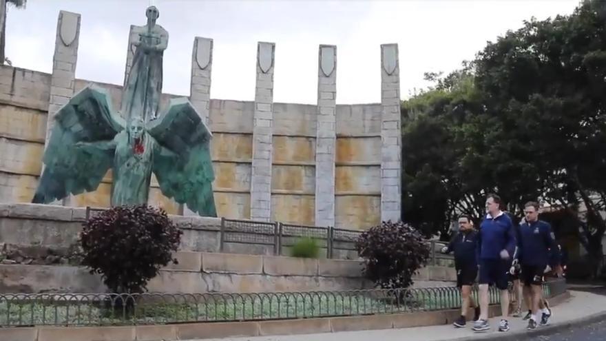 Paseo de Rajoy por delante del Monumento a Franco