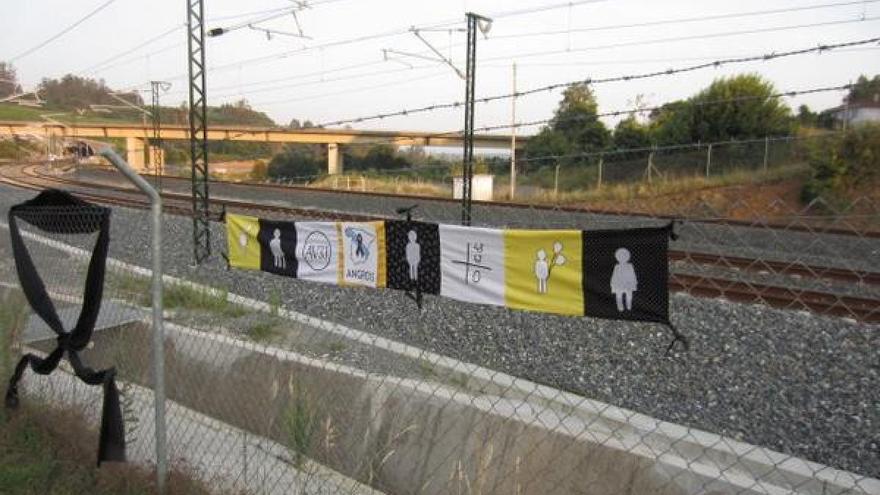 Símbolos de las víctimas del Metro de Valencia en la curva de Angrois, en Santiago