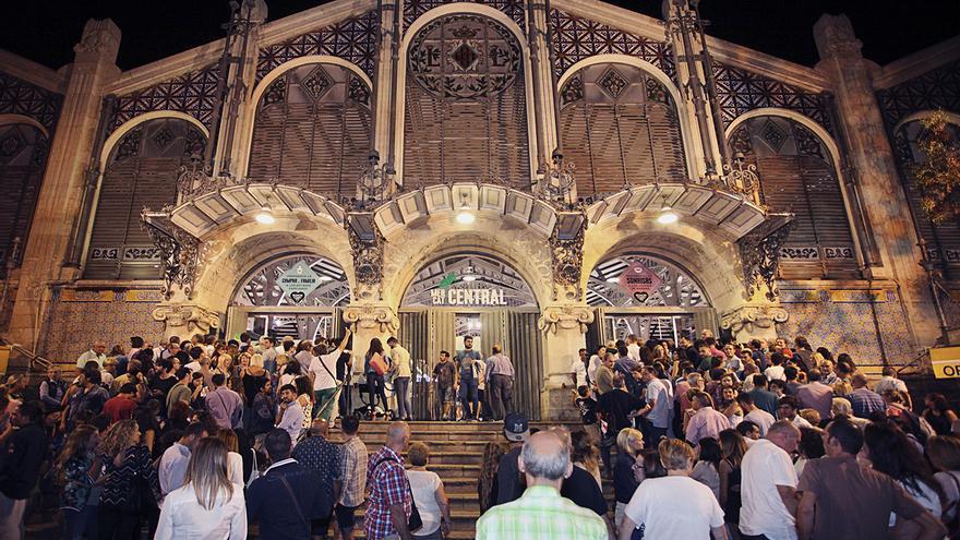 Miles de personas toman los mercados de Valencia en la noche del Bonic/a Fest.