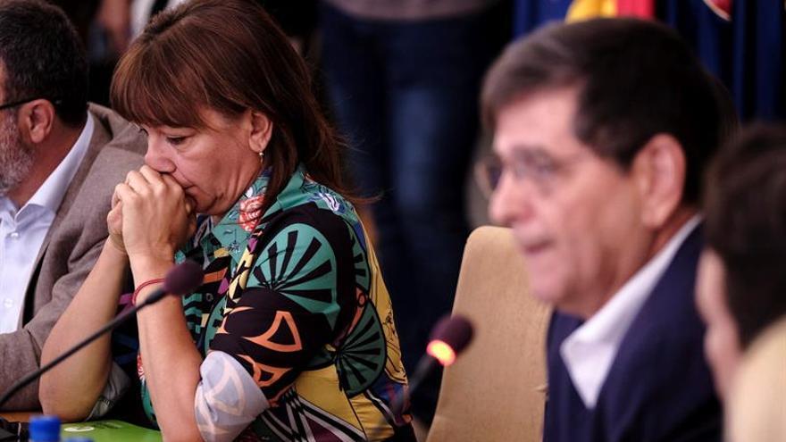 La exalcaldesa de Santa Lucía de Tirajana, Dunia González, escucha la intervención de Santiago Rodríguez de La Fortaleza-CC