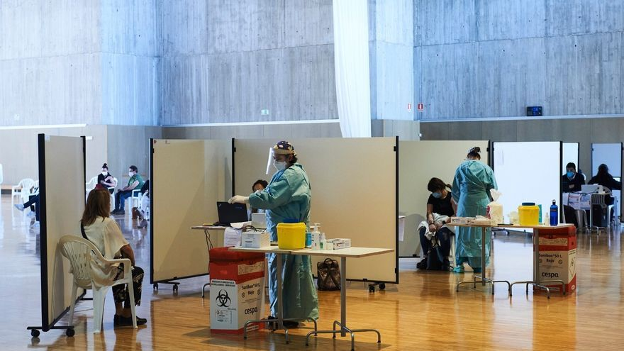Archivo - Vacunación masiva contra la COVID en el Palacio de Exposiciones de Santander