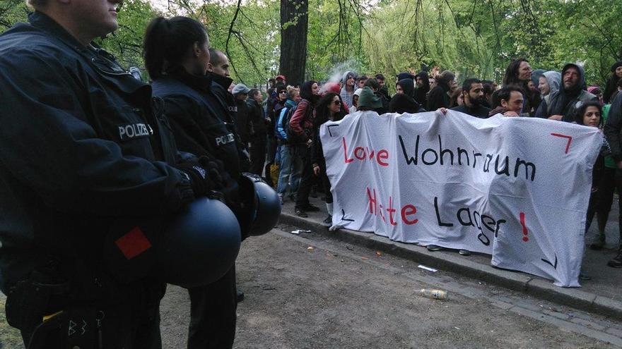 """Protesta contra la gentrificación en Berlín: """"Ama la vivienda. Odia los campos (de refugiados)"""""""