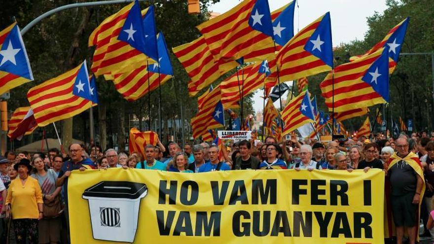 Una manifestación recorre el centro de Barcelona para conmemorar el 1-O