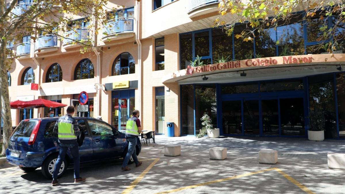 Dos agentes de la Policía Autonómica llegan al colegio mayor Galileo Galilei de València.