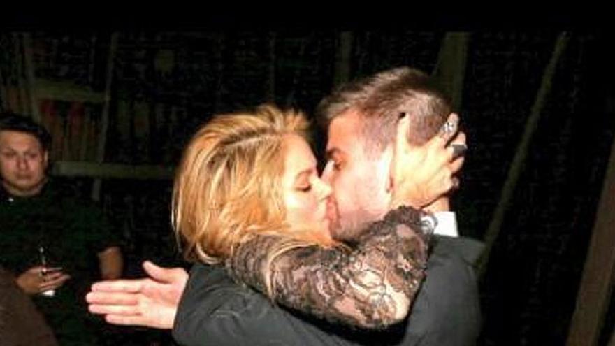 """Shakira besa como una """"loba"""" a Piqué en los 'Billboard Music Awards'"""