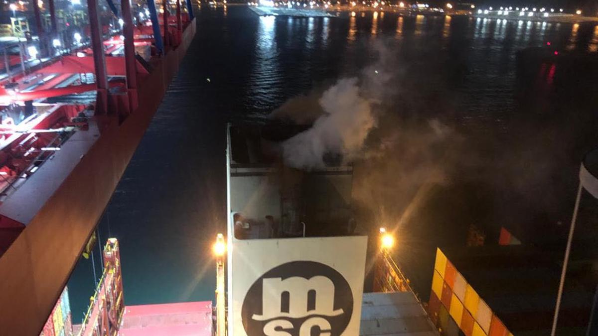 La chimenea del buque denunciado expulsando humo.