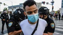Un manifestante es arrestado este 31 de mayo en una protesta en Los Ángeles por el asesinato de George Floyd