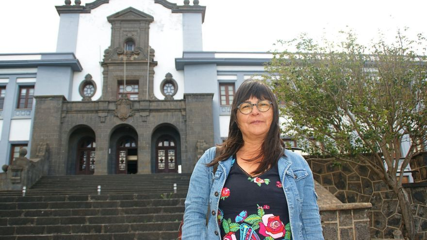 Esther Torrado, frente al edificio central de la ULL