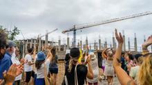 Colectivos vecinales, ecologistas y ciudadanos se concentran en apoyo de los activistas y contra las obras del hotel en La Tejita