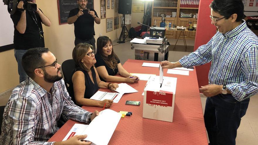 Pedro Martín vota en Guía de Isora, este domingo