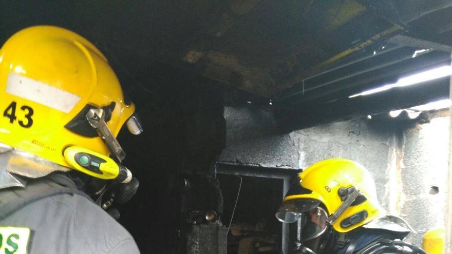En la imagen, intervención de los bomberos en la vivienda. Foto: BOMBEROS LA PALMA
