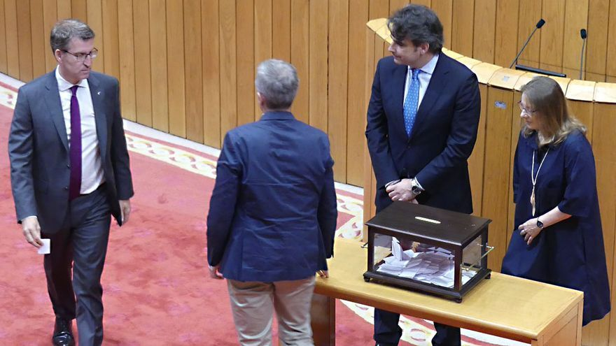 Feijóo, dirigiéndose a votar la permanencia de la Valedora do Pobo en su puesto