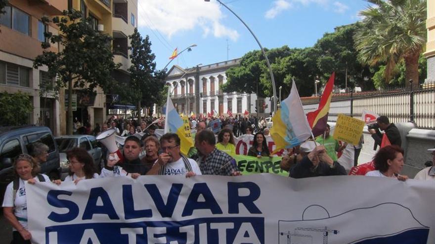 Manifestantes en contra de la construcción de un hotel en La Tejita a la altura de la calle Méndez Núñez de la capital tinerfeña